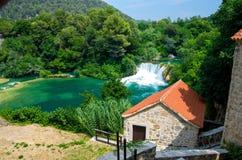 Watervallen en steenmolen, het Nationale Park van Krka, Dalmatië, Kroatië stock foto's