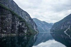 Watervallen in fjord Geiranger Stock Foto
