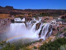 Watervallen met regenboog Stock Afbeeldingen