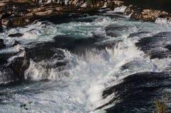 Watervallen met rotsen Stock Afbeeldingen