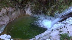 Watervallen op de motiemening, klaarheid en versheid van de bergrivier langzame van aard De winter zonnige dag stock video