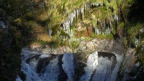 Watervallen op de motiemening, klaarheid en versheid van de bergrivier langzame van aard De winter zonnige dag stock videobeelden