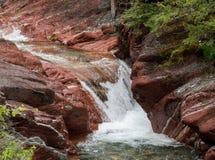 Watervallen op duidelijke rivier stock foto's