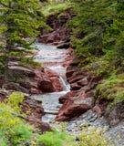 Watervallen op duidelijke rivier stock afbeeldingen