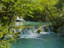 Watervallen op een meer royalty-vrije stock afbeeldingen