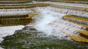 Watervallen op raws van steenstappen stock videobeelden