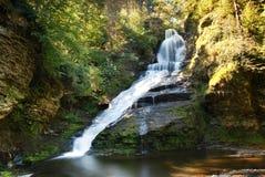 Watervallen op rotsen royalty-vrije stock foto