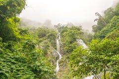 Watervallen in regenwouden en wolk Stock Fotografie