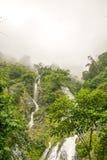Watervallen in regenwouden en wolk Stock Afbeeldingen