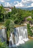 Watervallen in stad Jajce royalty-vrije stock fotografie