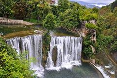 Watervallen in stad Jajce, Bosnië-Herzegovina royalty-vrije stock afbeeldingen
