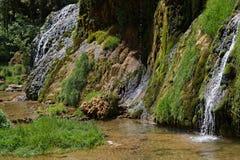 Watervallen in vallei baume-Les-Messieurs stock fotografie