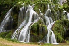 Watervallen van baume-Les-Messieurs - het Juragebergte - Frankrijk stock foto's