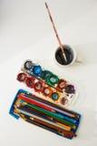 Waterverf aquarell verven en potloden stock afbeeldingen