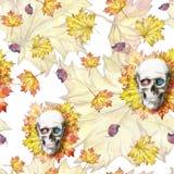 Waterverf die naadloze menselijke schedel als achtergrond voor Halloween met de herfst gele bladeren en bloemen in de oogkassen v Stock Afbeeldingen