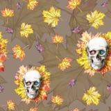 Waterverf die naadloze menselijke schedel trekken als achtergrond voor Halloween met de herfst gele bladeren en bloemen in de oog Royalty-vrije Stock Foto's