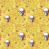 Waterverf die naadloze menselijke schedel trekken als achtergrond voor Halloween met de herfst gele bladeren en bloemen in de oog Royalty-vrije Stock Afbeelding