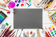 Waterverf en olieverven, borstels, potloden en kleurpotloden royalty-vrije stock foto's
