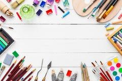 Waterverf en olieverven, borstels, potloden, pastelkleurkleurpotlood op lijst royalty-vrije stock fotografie