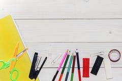 Waterverf en olieverven, borstels voor het schilderen, potloden, pastelkleurkleurpotlood op witte lijst Hoogste mening Vlak leg stock afbeeldingen