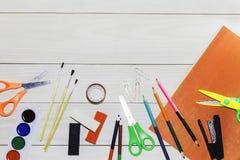 Waterverf en olieverven, borstels voor het schilderen, potloden, pastelkleurkleurpotlood op witte lijst Hoogste mening Vlak leg royalty-vrije stock afbeelding