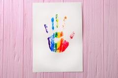 Waterverf het schilderen van regenboog handprint Stock Foto's