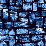 Waterverf naadloos patroon met borstelstrepen en slagen Blauwe kleur op donkere achtergrond Hand geschilderde landhuistextuur Stock Foto's