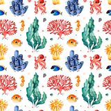 Waterverf naadloos patroon met multicolored koralen, zeeschelpen, zeewieren en vissen, seahorse vector illustratie