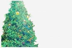 Waterverfschets of illustratie van een Kerstboom met diverse ballen en slingers wordt verfraaid die royalty-vrije illustratie