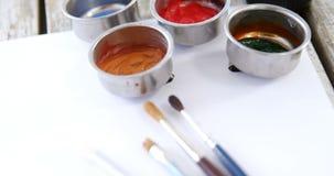 Waterverfverf en penselen met canvas stock videobeelden