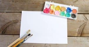 Waterverfverf en penselen met canvas stock video