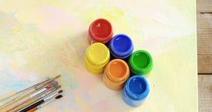 Waterverfverf en penselen op canvas stock video