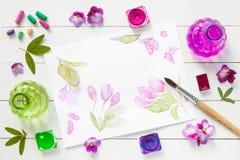 Waterverfverven, borstels, kleurpotloden en schets Stock Afbeeldingen