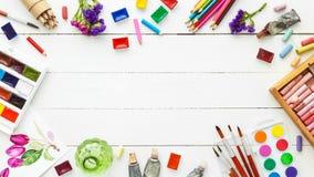 Waterverfverven, borstels, potloden en pastelkleurkleurpotlood stock afbeeldingen