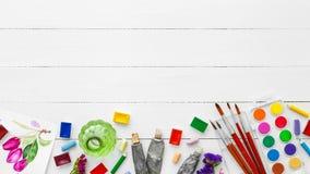 Waterverfverven, borstels voor het schilderen, potloden en kleurpotloden stock afbeelding