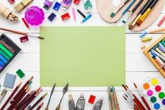 Waterverfverven, borstels voor het schilderen, potloden, pastelkleurkleurpotlood royalty-vrije stock afbeelding
