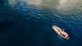 Watervervoer, verkeer, jachtonderhoud en vergunning om op water te lopen de vakantie van de visserijhuur op het schip, boot mooie royalty-vrije stock fotografie