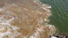 Watervervuiling - afvalwater in de rivier wordt gepompt die stock videobeelden