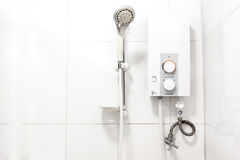 Waterverwarmer en douche royalty-vrije stock afbeeldingen