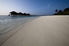 Watervilla e spiaggia di paradiso Immagini Stock Libere da Diritti