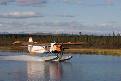 Watervliegtuig dat op een Meer landt Van Alaska Stock Afbeelding