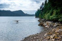 Watervliegtuig die in Alaska landen Stock Afbeelding