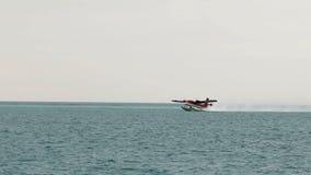 Watervliegtuig die in de Maldiven opstijgen stock footage