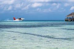 Watervliegtuig die in de oceaanlagune landen Watervliegtuigstart van royalty-vrije stock afbeelding