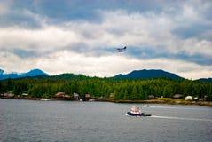 Watervliegtuig die over Haven vliegen stock afbeelding