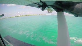 Watervliegtuig die over Maldivess van start gaan stock video