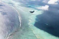 Watervliegtuig luchtmening van mooi tropisch Maledivisch eiland en Se stock foto's
