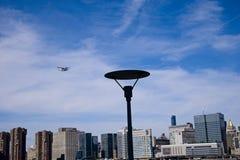 Watervliegtuig over de Rivier van het Oosten van de Stad van New York royalty-vrije stock foto