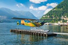 Watervliegtuig van camouflagekleur Comohaven, Como-meer, Italië Royalty-vrije Stock Foto's
