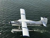 Watervliegtuigland in het water in Juneau, Alaska royalty-vrije stock foto's